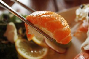 三文鱼案板测出新冠病毒 专家:三文鱼应该无罪 但先别生吃