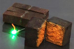 科学家发现可以将墙砖作为储存电能的方法为LED灯供电