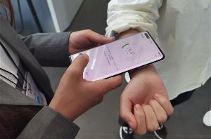 """华为申请""""测温""""手机专利:主要用于测量显示人体、物体温度"""