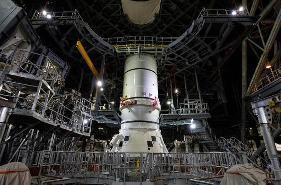 NASA重返月球计划新进展:开始组装巨型火箭,计划明年首飞
