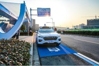 秦淮河畔驶来无人车 百度Apollo获颁南京首批自动驾驶测试牌照