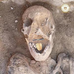 考古学家在埃及北部出土了2000年前的金舌头木乃伊